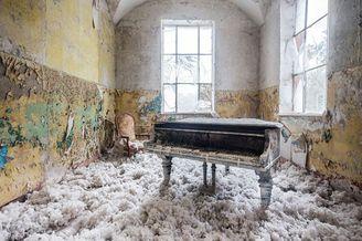 寻找被遗忘的音符 废弃建筑中的孤独钢琴