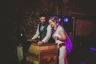 用音乐嗨翻全场 两位音乐DJ的唯美婚礼