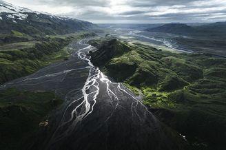 绿意盎然的冰岛夏日 航拍俯瞰自然的脉络
