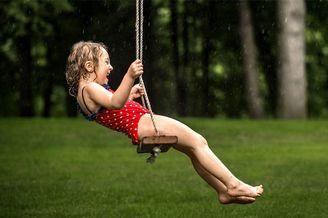 秋千、孩子和四季 见证成长的快乐童年影像