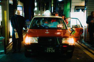 繁忙中的宁静街头 错综光影的日本街头