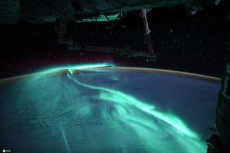 宇航员从太空拍摄绚烂极光