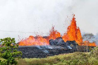 摄影师近距离拍夏威夷火山喷发