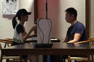 刘强东章泽天牵手逛街喝下午茶