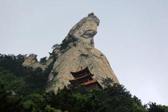 """游客登高龟峰山 被誉为""""天下第一龟"""""""