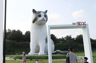 韩国首尔公园现巨型猫咪装置