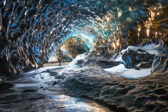 探秘冰岛奇异冰洞穴
