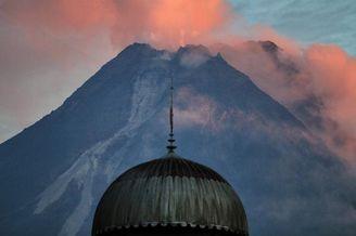印度尼西亚默拉皮火山冒出浓烟