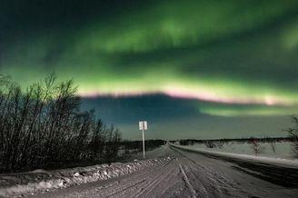 芬兰现北极光美景犹如绿色帘幕