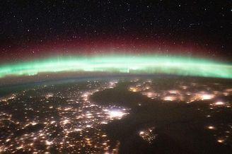 国际空间站发布地球极光照片
