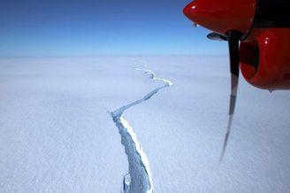 南极布伦特冰架冰川发生断裂