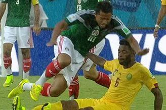 视频-多斯桑托斯遭凶狠飞铲 双脚亮鞋底逃黄牌