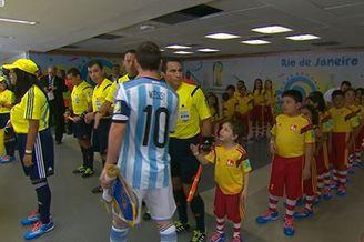 视频-伤心了!小球童上前握手 梅西未注意握裁判