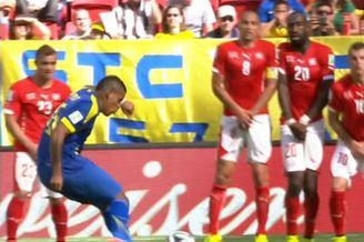 视频-厄瓜多尔大力任意球折射 门将反应神速救险