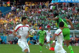 视频-伊朗后卫禁区内手球 裁判拒判点穆萨无奈