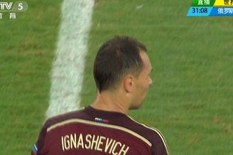 视频-俄罗斯30米任意球攻门 门将侧扑将球挡出