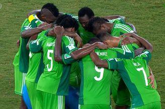 视频-祈祷好运?尼日利亚队员围圈似进行某种仪式