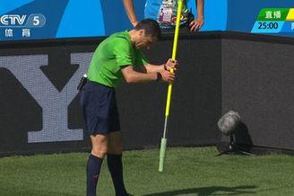 视频-阿圭罗带球失误怒拔角旗 裁判无奈上前插好