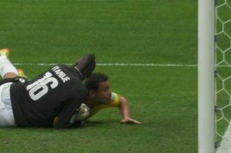 视频-弗雷德门前抢点 喀麦隆门将门线前救险