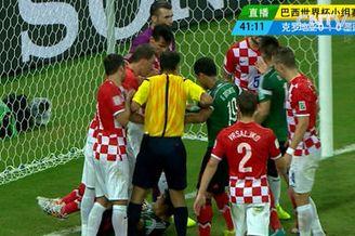 视频-墨西哥角球造混乱 铁卫冲撞门将引球员推搡