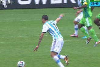 视频-梅西横传天使拔脚远射 门将沉稳侧扑化险