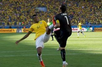视频-若高抬腿踢倒智利门将 危险动作无悬念吃黄