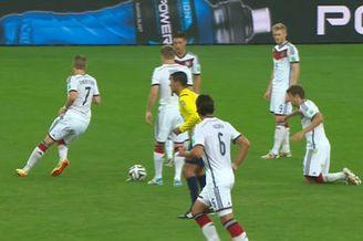 视频-德国奇葩任意球战术 穆勒变小丑突然摔倒