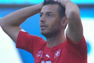 视频-瑞士错失压哨救命角球 门将倒钩悍将头槌中柱