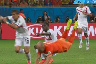 视频-哥斯达黎加任意球造险 罗本凌厉反击被放倒