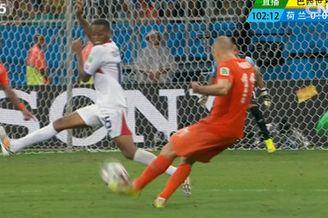 视频-罗本远射造争议手球 任意球砸人墙无功而返