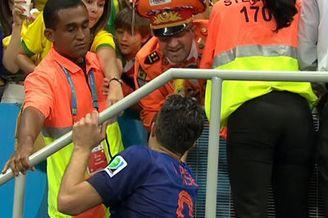 视频-范佩西感谢球迷支持 幸运球迷得赠队长袖标