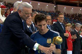 视频-梅西获世界杯金球奖 神情失落木然走下楼梯