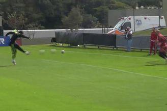视频-科斯塔训练爆射挑衅找错人 遭雷纳扔球报复