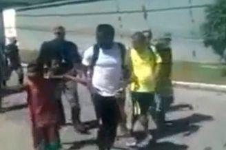 视频-有爱!米兰大将赛前当街给贫民窟孩子发钱