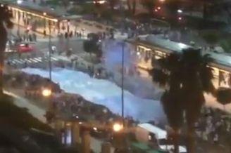视频-阿根廷球迷不哭 广场放烟花为亚军欢庆