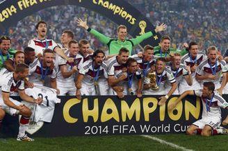 视频-赛后德国狂欢庆祝mv 众帅哥激情拥抱
