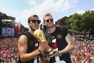 视频-德国载誉而归 盛大庆典万人空巷众将搞怪