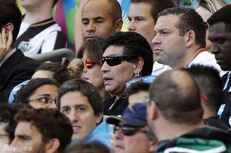 马拉多纳携爱女观战阿根廷!墨镜酷炫造型神似007(图)