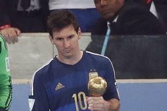 梅西荣膺世界杯金球奖 捧起大赛最佳球员奖杯(图)
