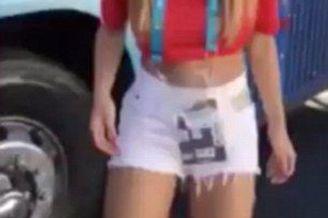 智利美女记者掀上衣疯狂庆进球 秀国旗内衣(图)