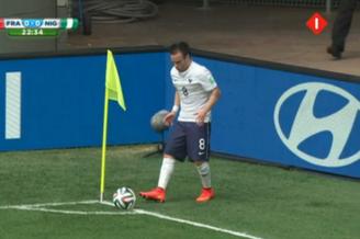 世界杯罕见神图!真的假的?法国大将角旗那么高(图)