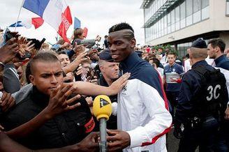 法国队回国获球迷欢呼 彻底洗刷罢训门耻辱(图)