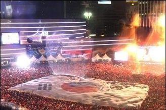 羡慕!韩国球迷提前4小时广场助威造红色海洋(图)