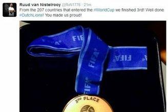 范尼晒荷兰世界杯奖牌:好样的 让我们自豪!(图)