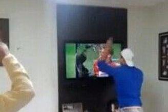 蠢!巴西球迷看点球大战太激动 一掌砸碎电视(图)
