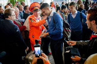 荷兰球迷筹钱送铁杆粉丝赴巴西 范佩西献队长袖标(图)