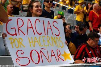 西班牙美女球迷亮感人标语:谢谢你让我们还有梦(图)