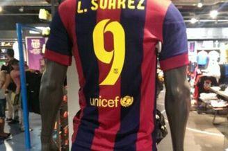 等不及啦!西班牙商店公开出售苏亚雷斯巴萨球衣(图)