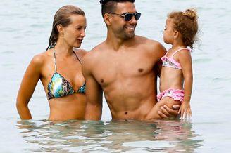 法尔考海滩与妻女度假