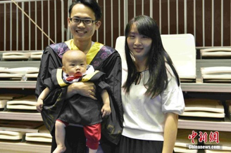 毕业生带妻儿参加毕业礼